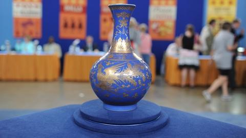 Antiques Roadshow -- S19 Ep12: Appraisal: Chinese Gilt Decorated Vase, ca. 1900