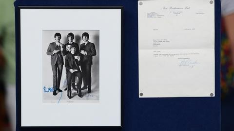Antiques Roadshow -- S19 Ep21: Appraisal: 1965 Beatles-Signed Photo with Letter