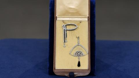 Antiques Roadshow -- S20 Ep11: Appraisal: Diamond & Onyx Jewelry, ca. 1920