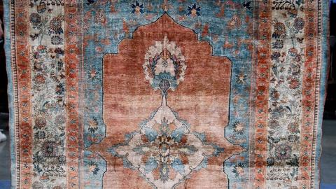 Antiques Roadshow -- S12 Ep12: Appraisal: Late 19th-Century Heriz Silk Rug