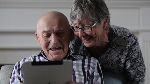 Cyber-Seniors -- Cyber-Seniors