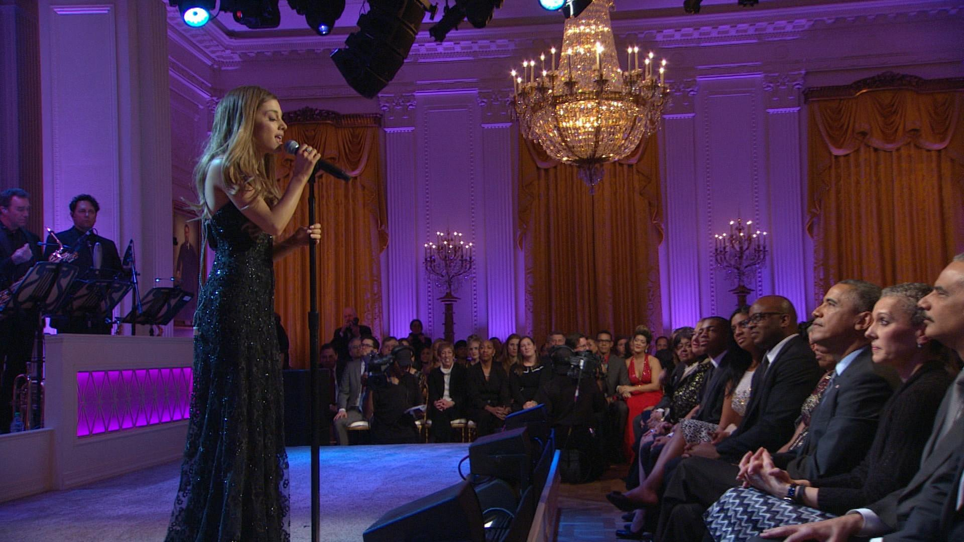 Ariana grande performs tattooed heart in performance for How much rooms does the white house have