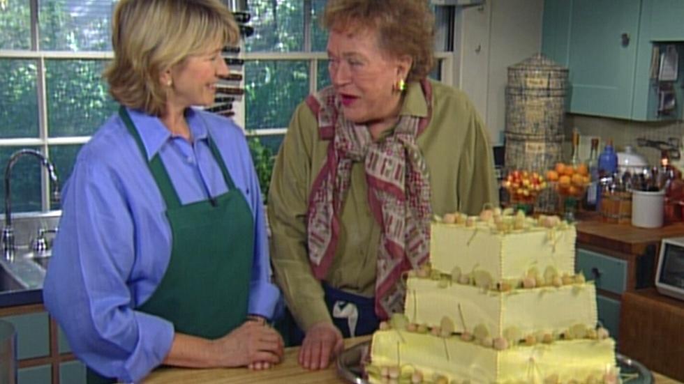 S3 Ep1: A Three-Tiered Wedding Cake with Martha Stewart, Par image