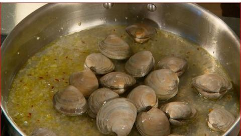 Martha Stewart's Cooking School -- Preparing Clams for Linguini with Clam Sauce