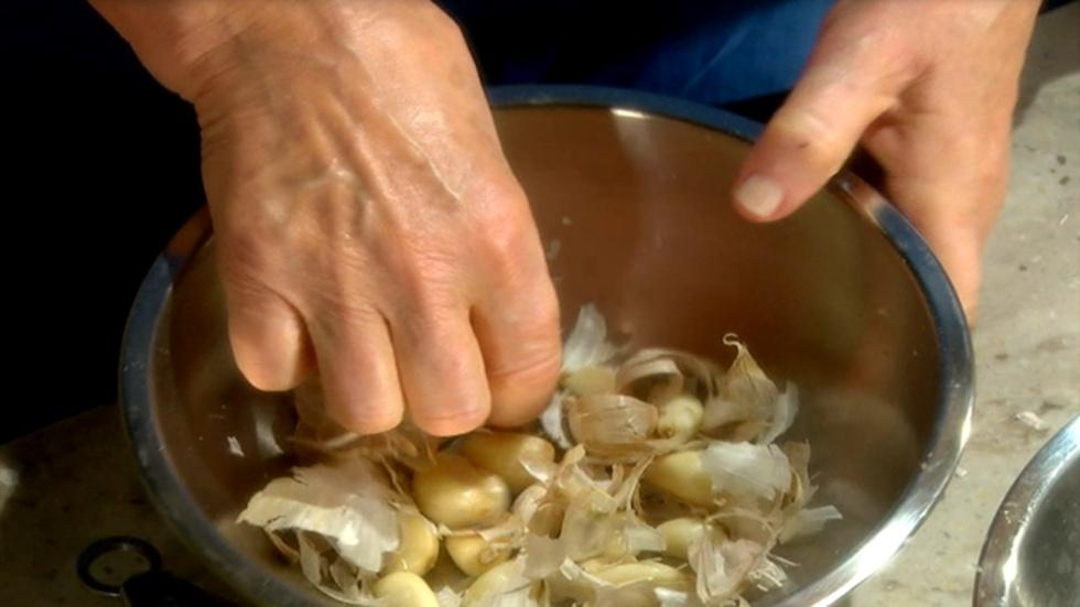 Learn How to Quickly Peel Garlic image