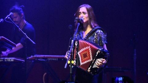 PBS NewsHour -- Bilingual rock-star Julieta Venegas 'feels' in Spanish