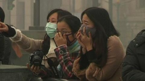 PBS NewsHour -- News Wrap: Shanghai struggles to cope with record smog