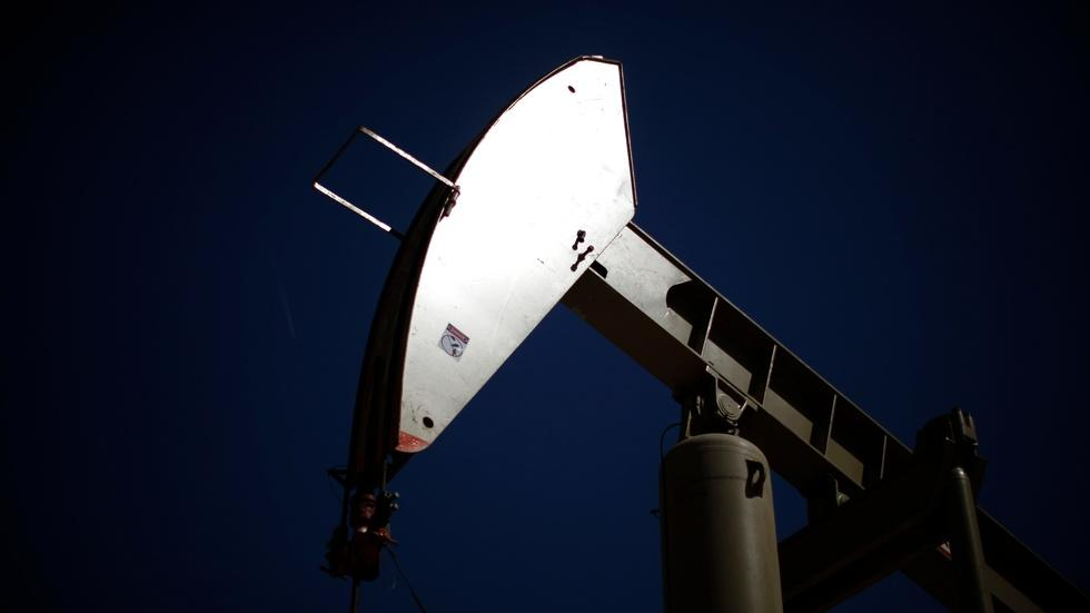 U.S. energy firms slash jobs as crude oil prices drop image