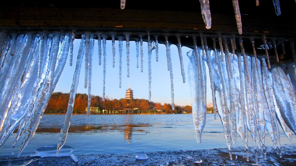 News Wrap: Abnormal cold snap kills dozens in East Asia image