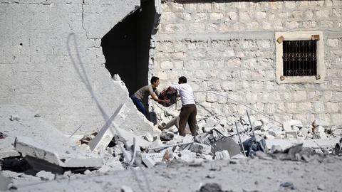 PBS NewsHour -- News Wrap: Russia and Syria halt Aleppo strikes temporarily