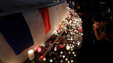 PBS NewsHour -- Hollande pays tribute one year after Paris attacks