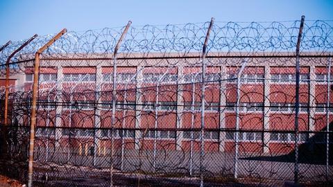 PBS NewsHour -- NYC mayor endorses Rikers shutdown plan